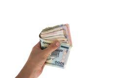 从不同的国家的钞票在手上在一半折叠了 图库摄影