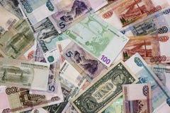 不同的国家钞票是一束轮流地 卢布,美元,欧元,元 免版税图库摄影