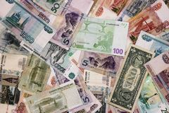 不同的国家钞票是一束轮流地 卢布,美元,欧元,元 库存图片