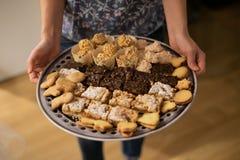 不同的在菜盘的蛋糕和曲奇饼 免版税库存照片