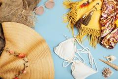 不同的在黄色五颜六色的背景的旅行少女材料蓝色和,没人旅游业生活方式概念 图库摄影