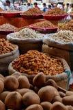 不同的坚果和葡萄干在市场上 免版税库存照片