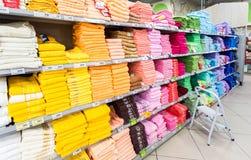 不同的多彩多姿的毛巾准备好对销售在大型超级市场K 免版税图库摄影