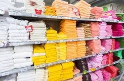 不同的多彩多姿的毛巾准备好对销售在大型超级市场K 免版税库存照片
