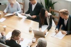 不同的多种族商人为小组会议做准备 免版税库存照片