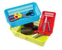 不同的大小五颜六色的塑料篮子存放的家庭工具 库存图片