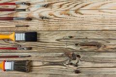 不同的大小刷子在木桌上的 库存照片