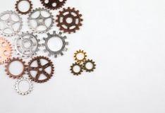 不同的大小和色的齿轮在白色背景 免版税库存照片