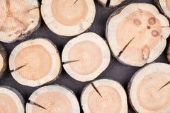 不同的大小木日志水平的背景  免版税库存图片