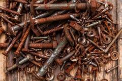 不同的大小螺栓和坚果的汇集  库存照片
