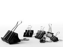不同的大小黏合剂夹子在白色背景的 免版税库存照片