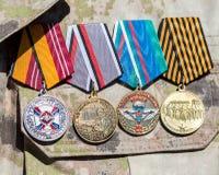 不同的奖和奖牌在俄国军服 免版税库存图片