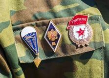 不同的奖和奖牌在俄国军服 免版税库存照片