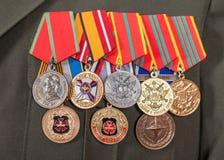 不同的奖和奖牌在制服 免版税库存照片