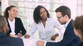不同的女实业家和商人做成交握手在小组聚会上 股票录像