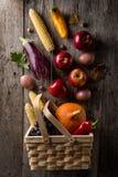 不同的季节性秋天蔬菜和水果在木backgr 库存照片