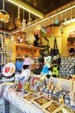 不同的小纪念品和辅助部件在里加圣诞节市场上 库存图片