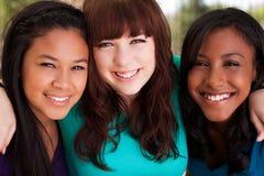 不同的小组十几岁女孩微笑 免版税库存照片