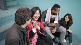 不同的小组年轻人谈 影视素材