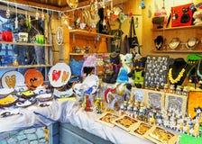 不同的小辅助部件和纪念品在里加圣诞节市场上 库存照片