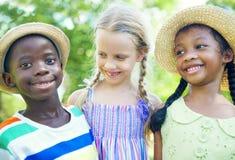 不同的小组儿童微笑 免版税库存照片