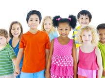 不同的小组儿童微笑 免版税库存图片