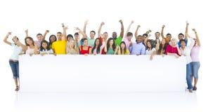 不同的小组青年人庆祝 免版税库存图片