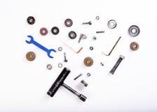 不同的工具,螺栓,在白色背景的轴承 免版税图库摄影