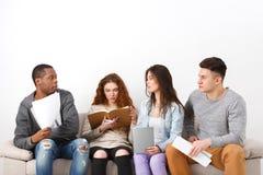 不同的年轻学生在家为检查做准备 库存图片