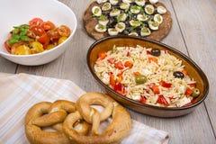不同的开胃小菜沙拉和开胃菜 免版税图库摄影