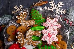 不同的形状圣诞节曲奇饼和与糖结冰 在视图之上 库存图片