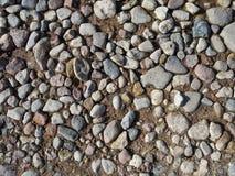 不同的形状石头在湿地面上的 库存图片