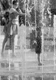 不同的性和年龄的人们花费在喷泉的时间 图库摄影