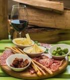 不同的意大利开胃小菜和红葡萄酒 免版税库存图片