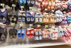 不同的拖鞋准备好对销售在陈列室在新的大型超级市场 库存照片