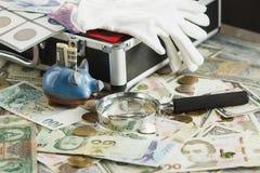 不同的收藏家` s硬币和钞票 图库摄影