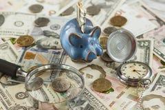 不同的收藏家` s硬币和钞票 免版税图库摄影
