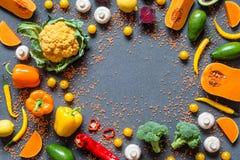 不同的新鲜的五颜六色的有机菜 在灰色背景的健康未加工的素食主义者食物与赠送阅本空间 平的位置 库存照片