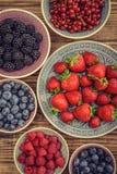 不同的新鲜的夏天莓果 图库摄影