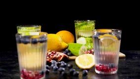 不同的果子和莓果在一个木板在四杯戒毒所旁边浇灌 股票录像