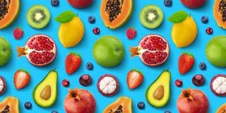 不同的果子的无缝的样式和莓果、平的位置,顶视图,热带和异乎寻常的纹理 库存照片