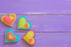 不同的毛毡心脏 与被缝合的毛毡心脏的华伦泰背景在木板条 看板卡愉快的华伦泰 木背景 免版税库存图片