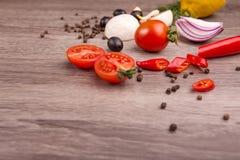 不同的水果和蔬菜健康食物背景/演播室照片在木桌上 免版税图库摄影