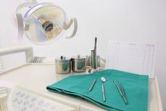不同的牙齿仪器和工具 免版税图库摄影