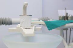 不同的牙齿仪器和工具 免版税库存图片