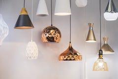 不同的现代效率化的镜子铜枝形吊灯 泡影金属铜树荫垂饰 免版税库存照片