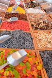 不同的甜点待售在市场上 库存图片