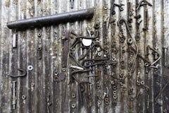 不同的生锈的金属螺栓、螺丝、坚果和其他零件细节  免版税图库摄影