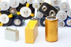 不同的电容器和电池 库存照片