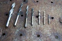 不同的直径钻子在金属生锈的板料说谎  库存图片
